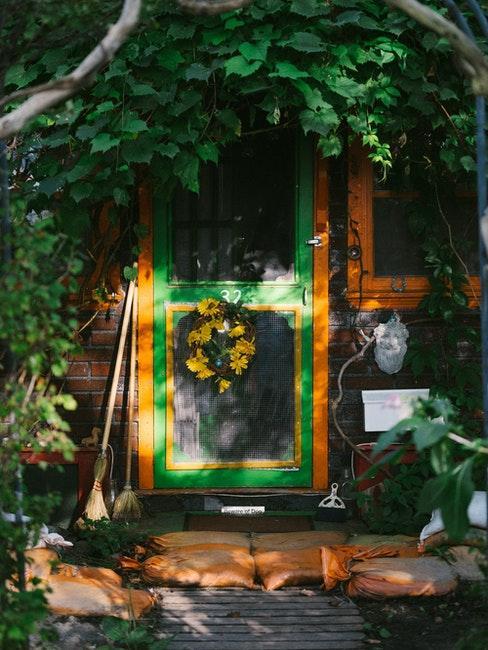 cabane en bois rustique pour outils de jardinage