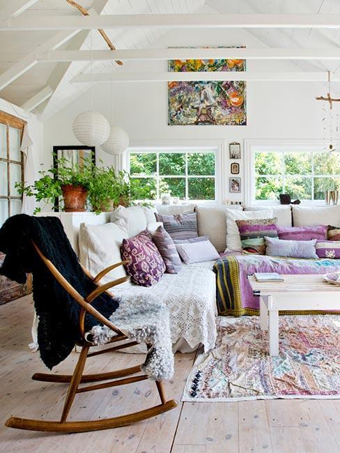 salon bohème, tapis bohème, fauteuil à bascule, canapé d'angle blanc