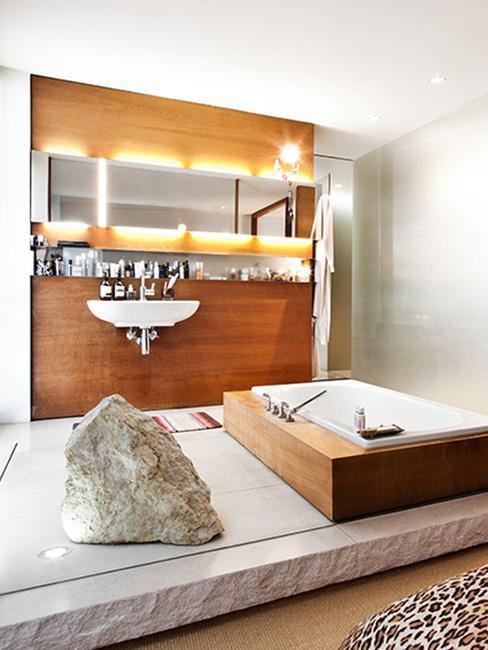 salle de bains de luxe avec mur en bois, grand miroir rectangulaire et éclairage intérieur autour du miroir
