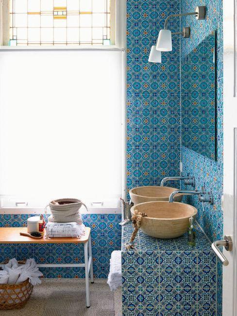 style oriental, carrelage bleu, évier aspcet bois