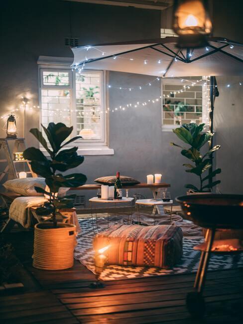 dîner en amoureux, guirlandes lumineuses, romantique, bougies