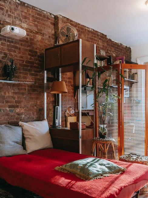 chambre à coucher style industriel avec mur en brique