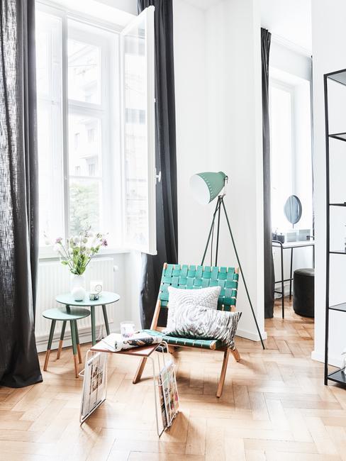 salon pastel, chaise verte, lampadaire trépied, grandes fenetres avec rideaux