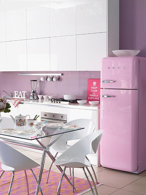 cuisine rétro, vintage, table en verre, frigo, réfrigérateur, meubles cuisine, cuisine rose, cuisine violette