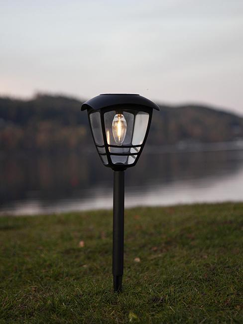 lampe borne solaire plantée dans le sol