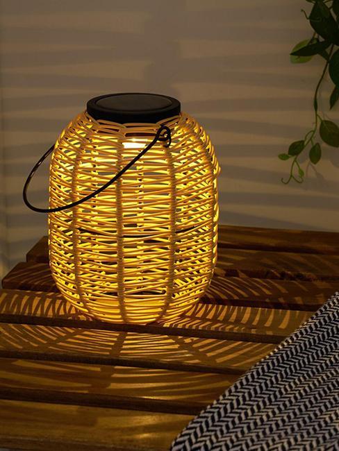 lampe solaire allumée en forme de lanterne