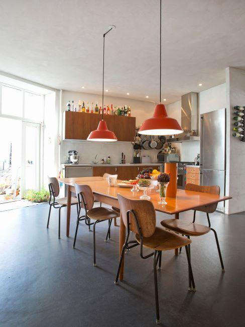 cuisine vintage, chaises rétro, suspensions au-dessus de la table à manger et grande table rectangle en bois