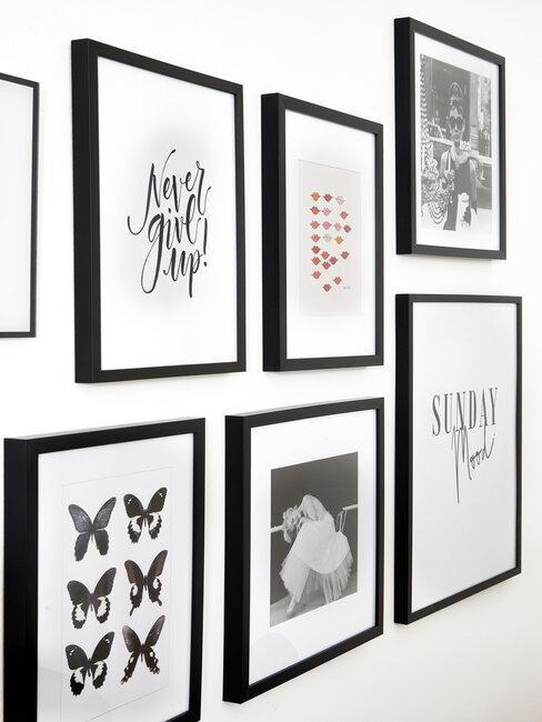 Série de cadres décoratifs en noir et blanc accrochés au mur