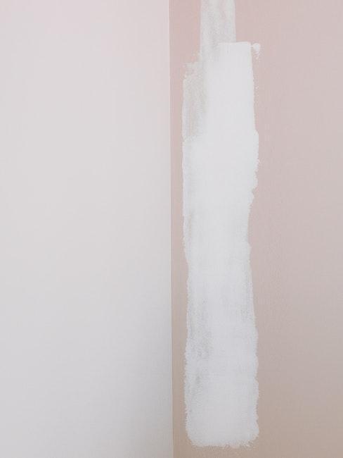 Rénovation mur beige et rose clair recouvert de peinture blanche