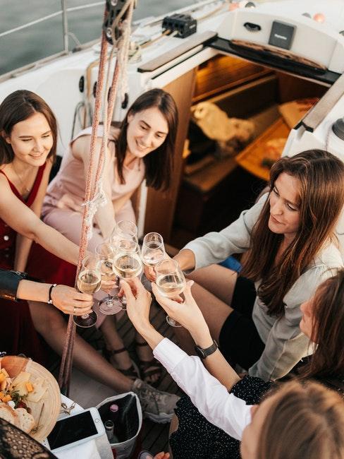 enterrement de vie de jeune fille sur un yacht avec champagne