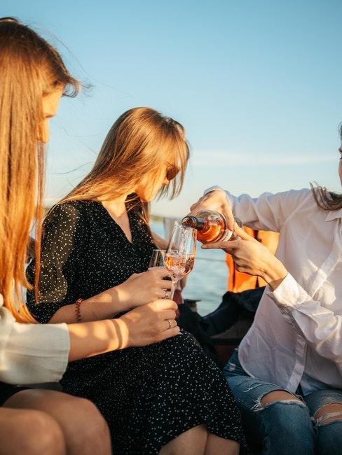 soirée à la mer entre filles avec champagne et cocktails