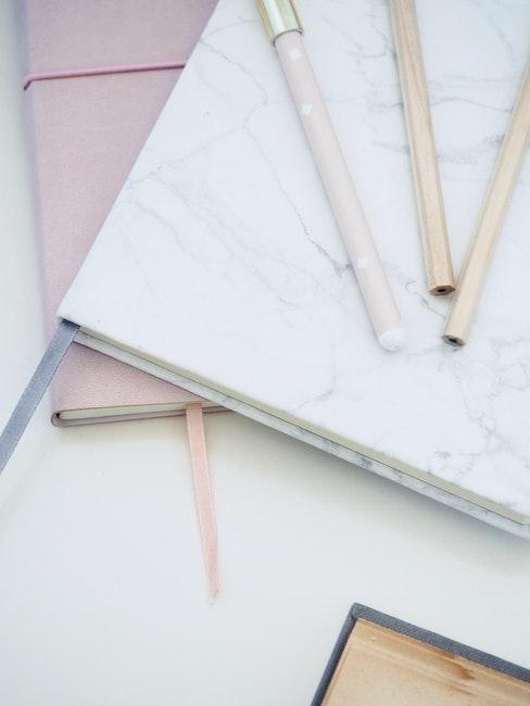 cahiers pastel avec stylos assortis pour créer un bullet journal