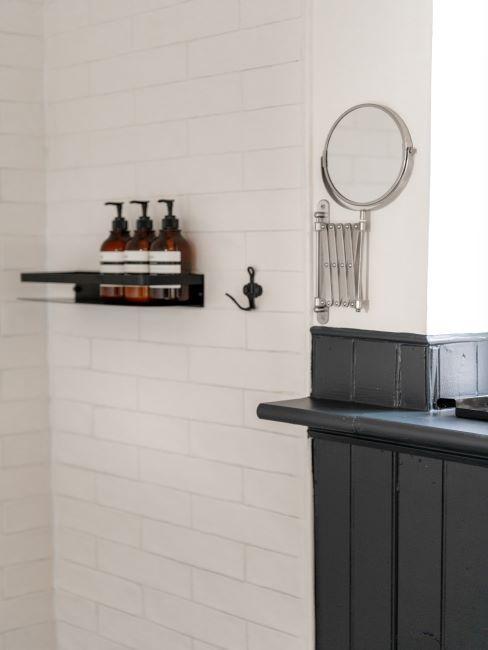 salle de bains, décor minimaliste, cosmétiques fait maison, bouteilles de shampoing, miroir rond mural