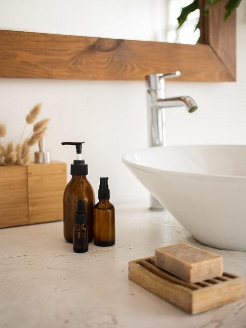 salle de bains, lavabo, savon, bouteilles de cosmétiques fait maison, cosmétiques DIY, shampoing DIY,