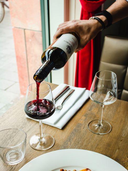 dîner anniversaire mariage, vin, verres à vin