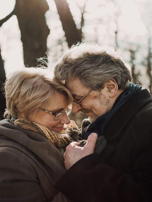 couple s'enlaçant
