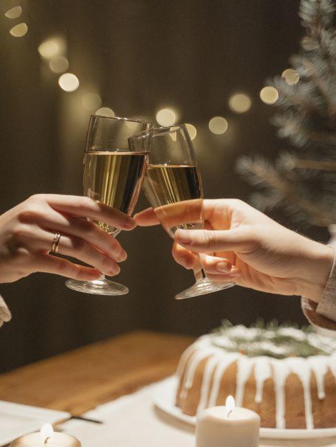 deux personnes trinquent avec du champagne