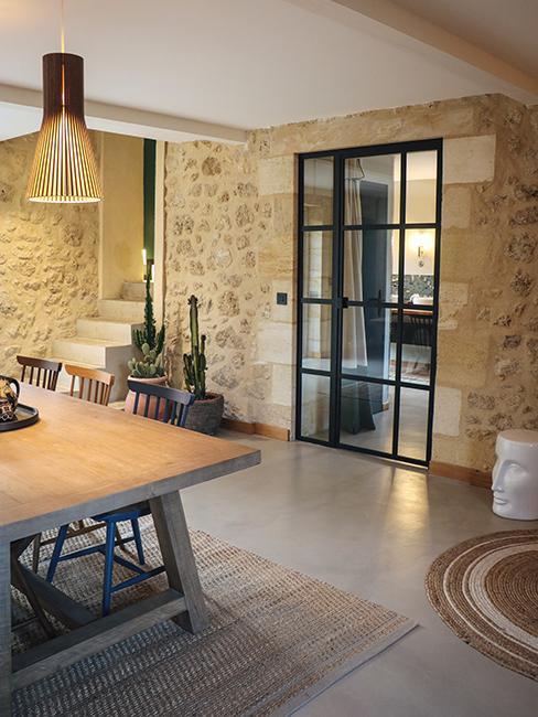 salle à manger avec mur en brique et verrière dans la maison en pierre de Julien Duquaire