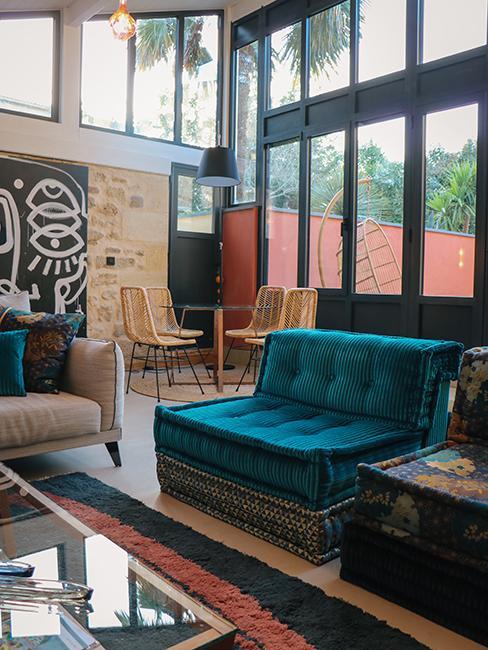 salon avec canapés lougne et mur en brique chez Julien Duquaire
