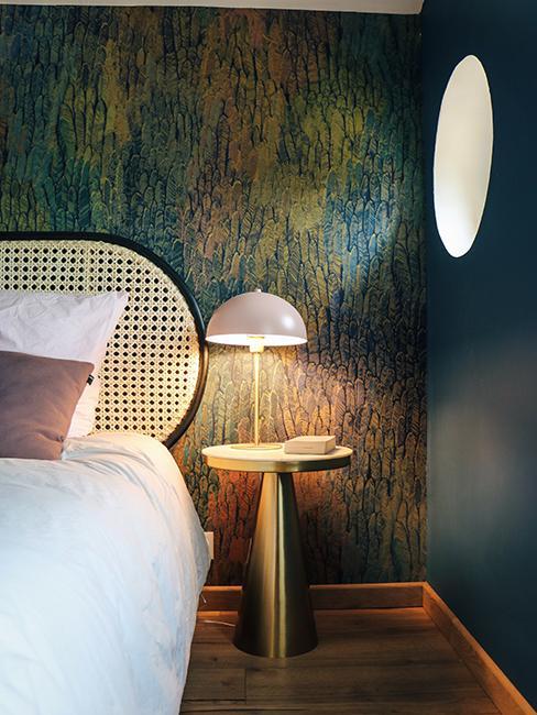 chambre avec papier peint à motif chez, table de chevet doré et lampe à poser rose Julien duquaire