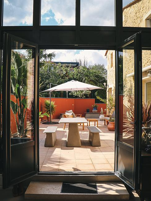 terrasse avec grande table et deux bancs chez Julien duquaire