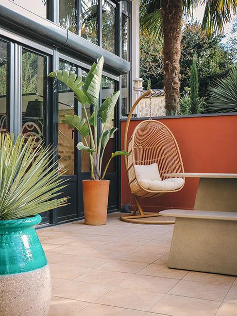 terrasse avec fauteuil suspendu en forme d'oeuf chez Julien Duquaire