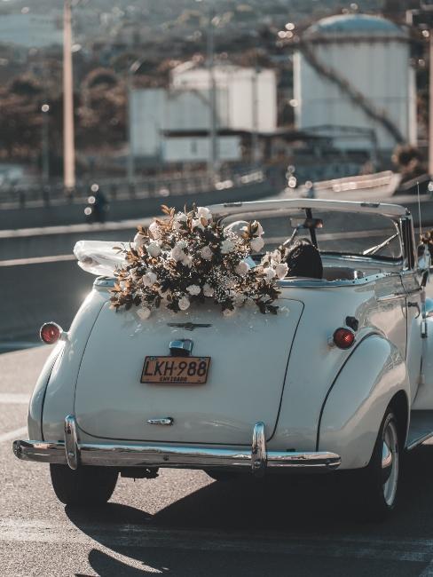 voiture vintage avec bouquet de fleurs de mariage