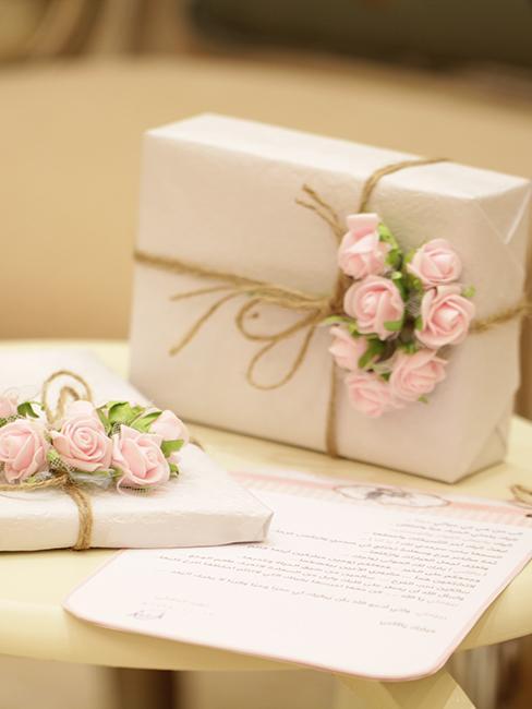 cadeau de mariage pas cher avec emballage simple avec ficelle et petites roses