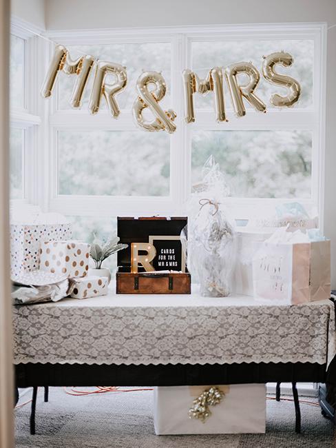 table de mariage avec décoration, boite, cadeaux et urne de mariage