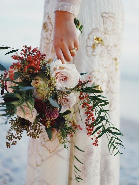 robe de mariée vintage et bouquet de fleurs