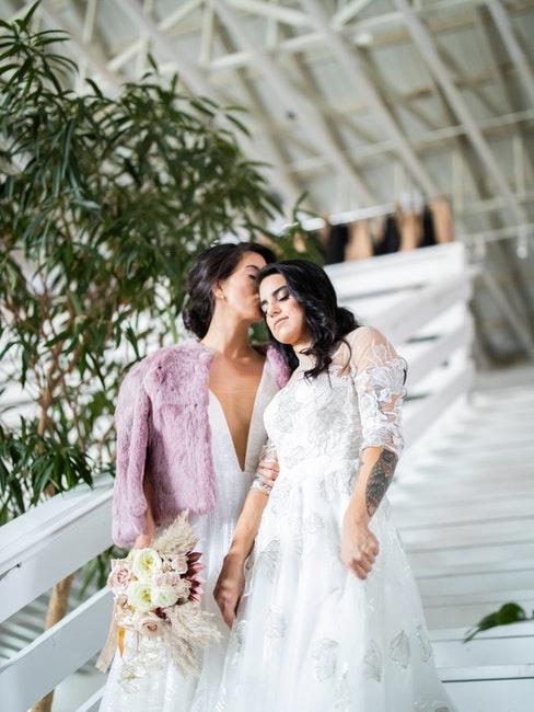 couple gay deux femmes en robes de mariée, mariage civil, pacs