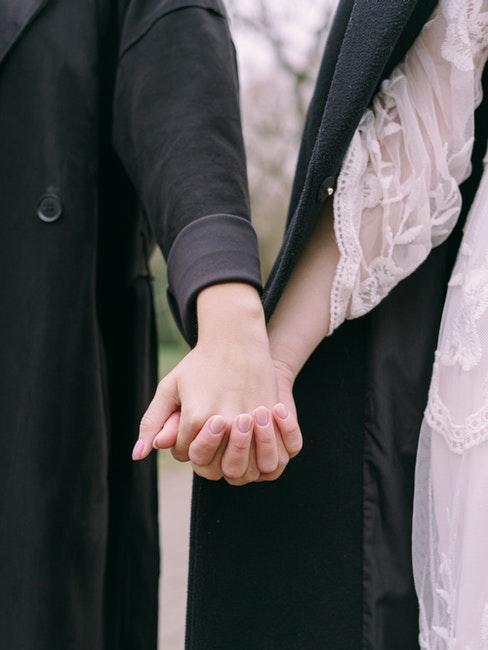 mairage gay, pacs, mains enlacées des amoureuses
