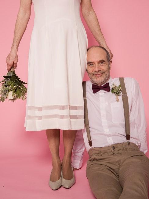 mariage d'un couple âgé, background in pink, rose bonbon