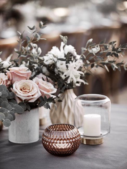 décoration de table avec bougeoirs et vases avec fleurs