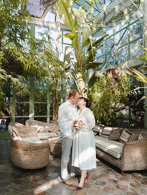couple de mariés dans une serre
