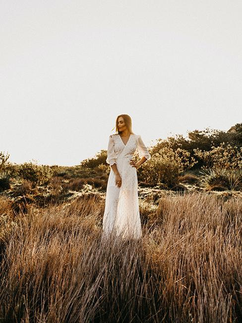 mariée portant une robe longue de mariage avec manches longues