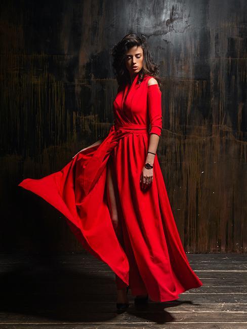 robe longue rouge idéal pour une tenue d'invité pour un mariage en hiver