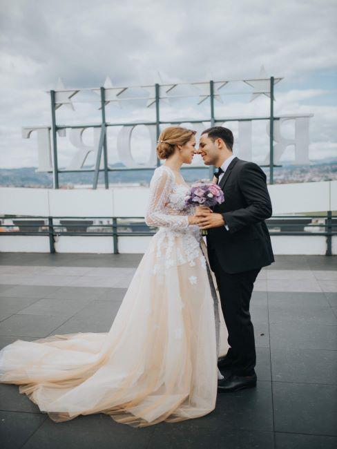 couple marié sur un toit d'immeuble