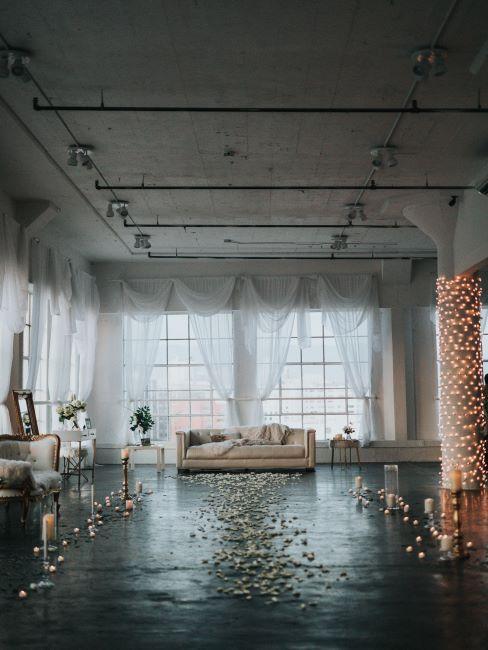 salle de mariage, décoration mariage, pétales de fleurs par terre