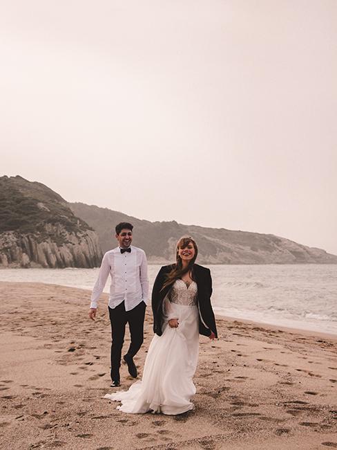 deux mariés sur une plage