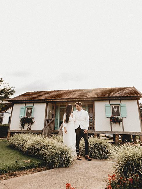 mariage dans un jardin avec deux mariés devant leur maison