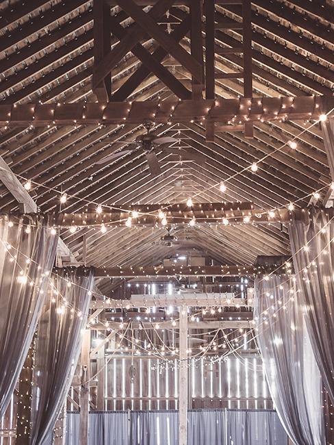 guirlandes lumineuses dans une grange