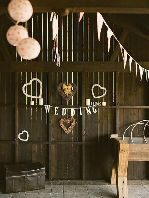 décoration de mariage dans une grange