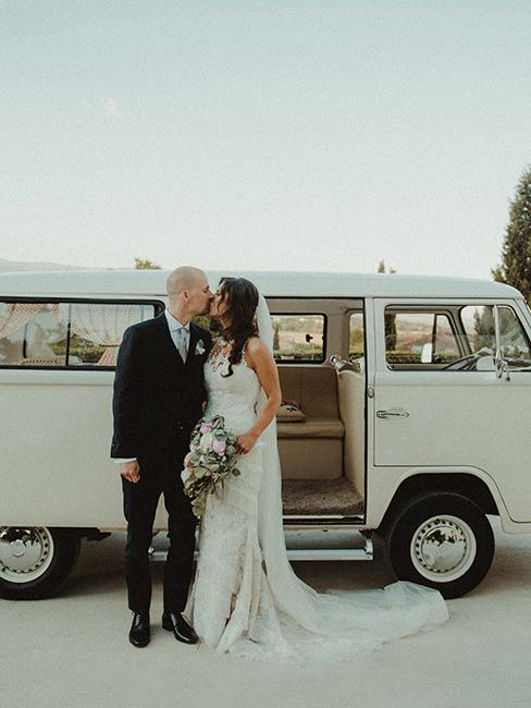 couple de mariés devant un van vintage