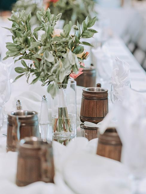 décoration de table blanche vintage avec petits tonneaux pour boire