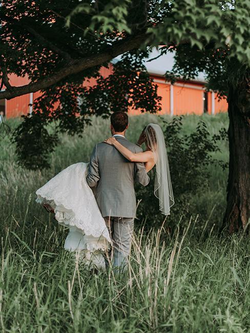 mariage dans un jardin avec un couple de mariés sous un arbre