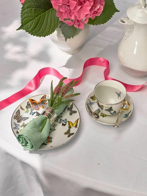 décoration de table style romantique avec tasse et soucoupe