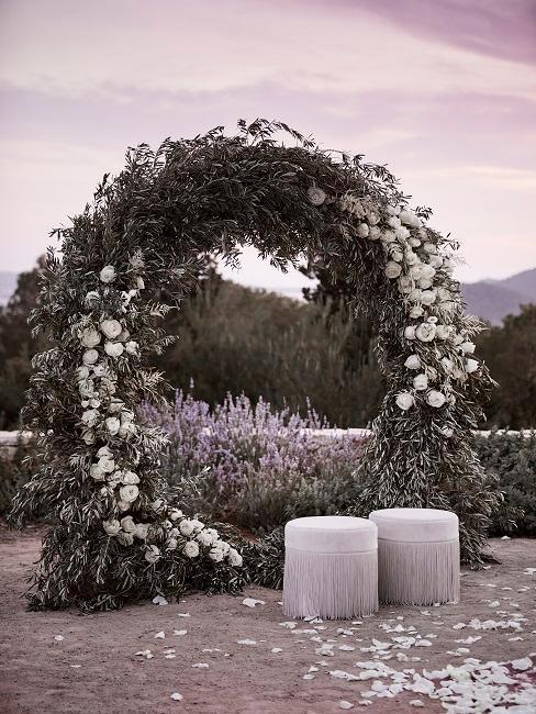 décoration de mariage avec poufs et arche végétale