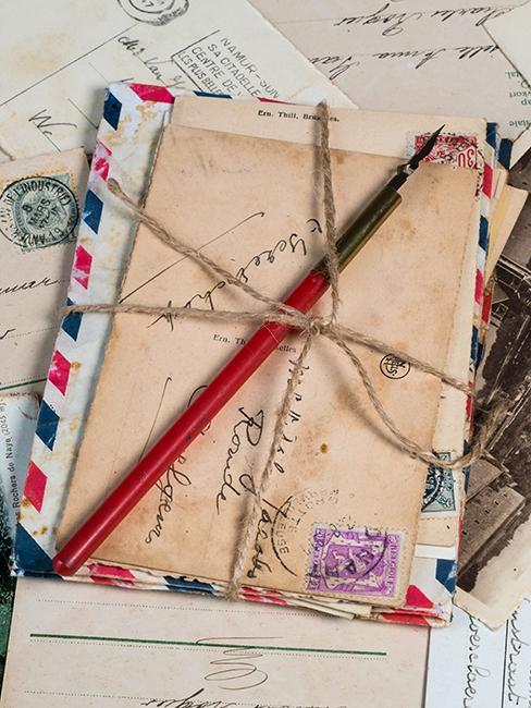 tas de lettres avec cartes postales