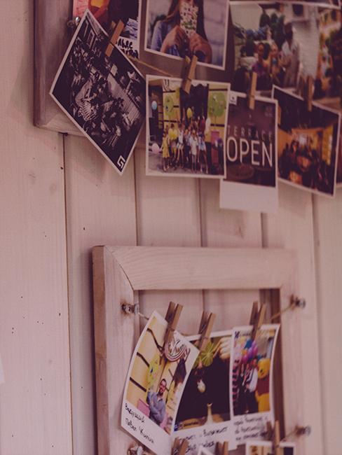 mur avec photos et polaroids accrochés